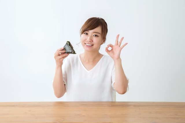 白米食べる女性